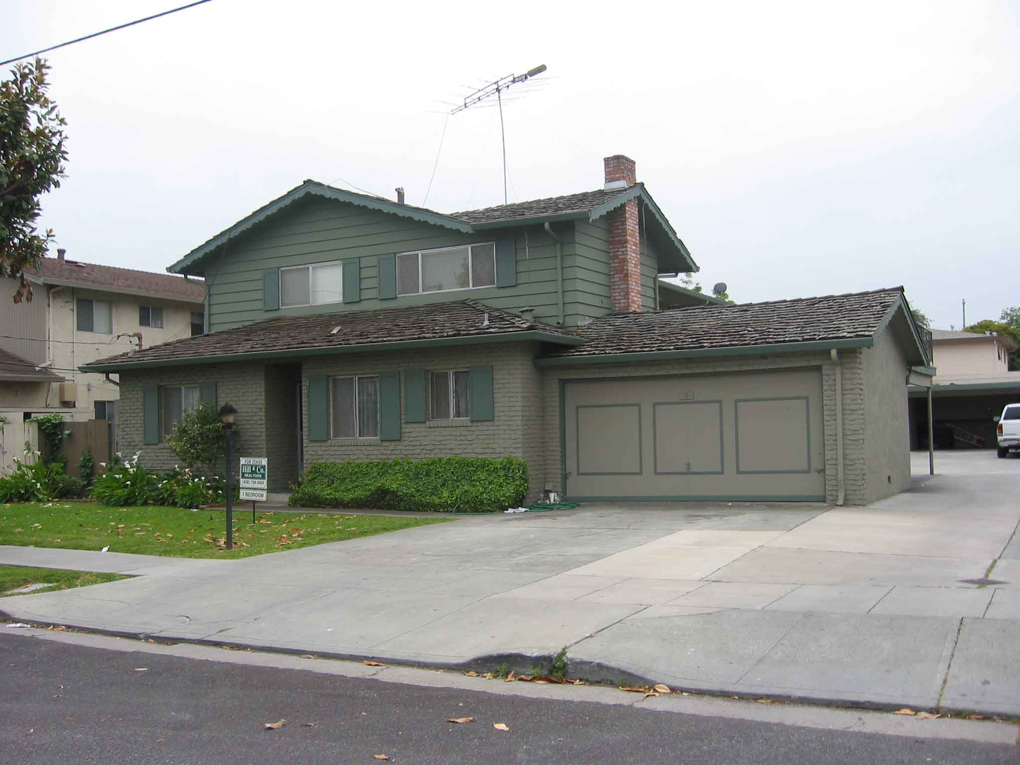 Great 2BD//1BA Upstairs Apartment in Sunnyvale (542 Columbia Ave. #4)